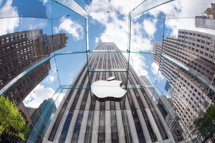 Eingang des Apple-Stores in New York mit Apple-Logo.