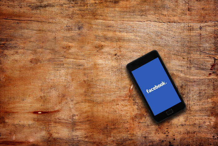 Facebook-Logo auf Smartphone-Display