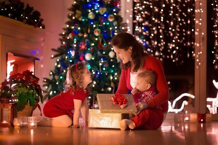 Mutter feiert Weihnachten mit ihren Kindern