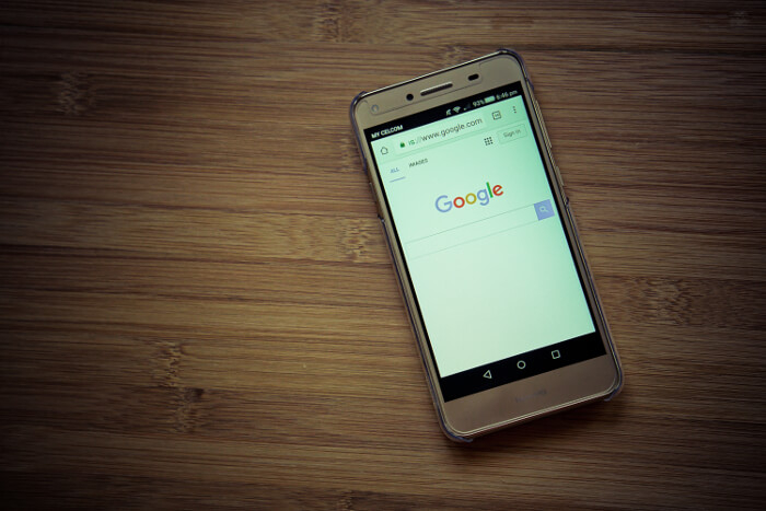 Google-Logo auf Smartphone-Display