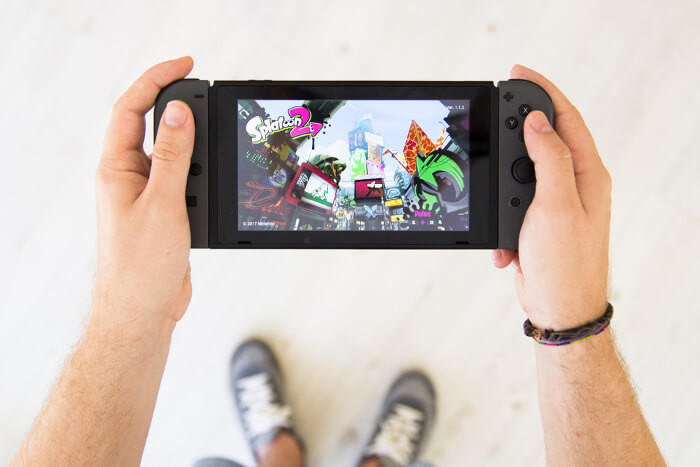 Nintendo Switch in den Händen eines Gamers