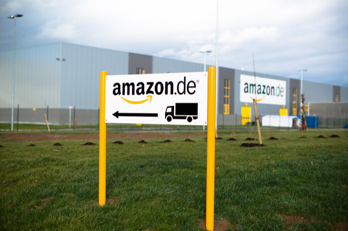 Amazon-Schild vor Lager