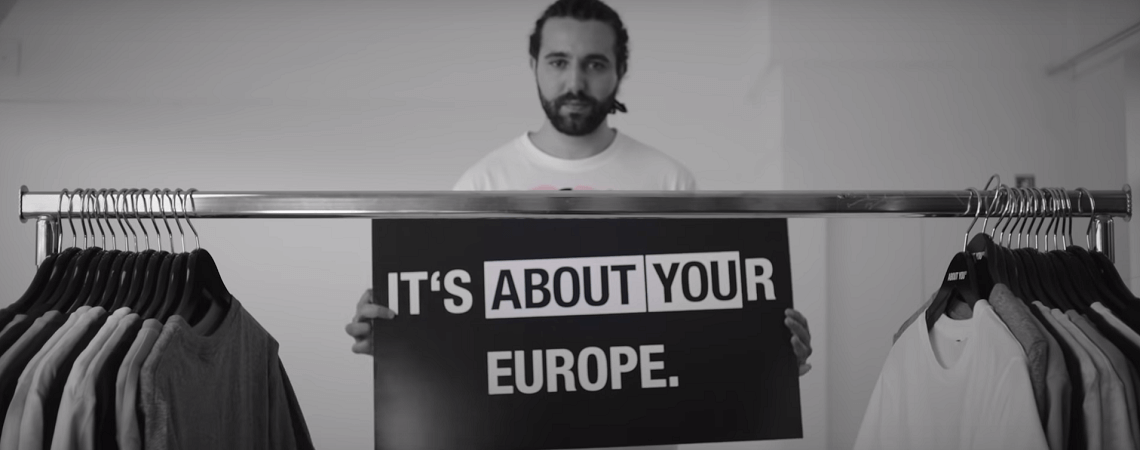 About-You Co-CEO Tarek Müller mit Schild Its About Your Europe