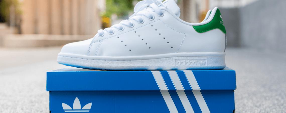 adidas sneaker mit blauen streifen