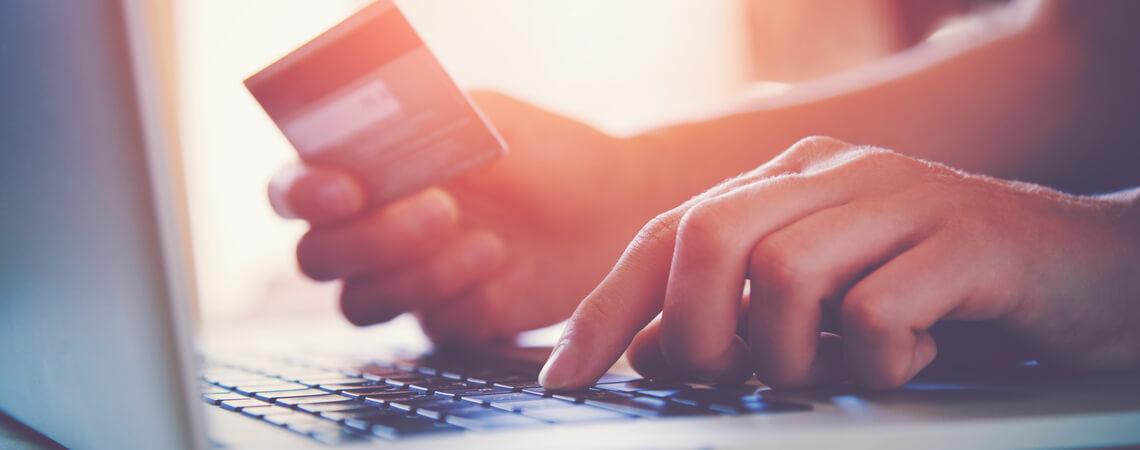 Laptop und Kreditkarte