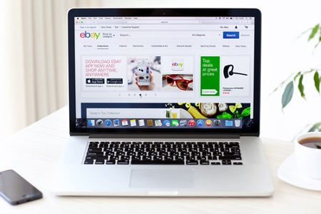 Ebay-Website auf Laptop
