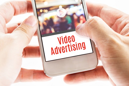 Smartphone mit Video Advertising Aufschrift