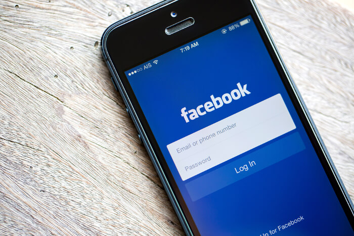 Facebook-Logo auf Smartphone Display