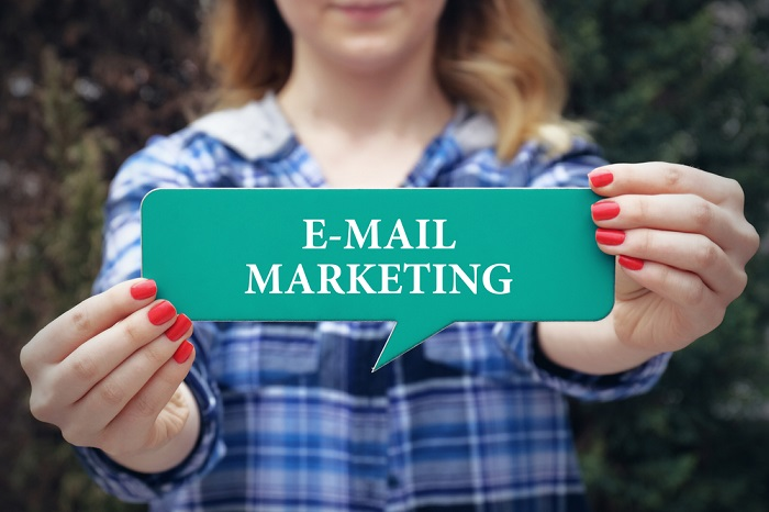 Lady mit E-Mail-Marketing-Schild