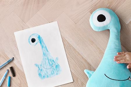 kleine monster ikea macht aus kinderzeichnungen kuscheltiere. Black Bedroom Furniture Sets. Home Design Ideas